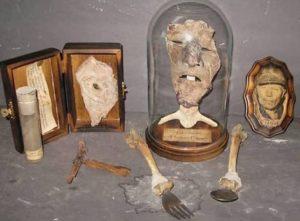 Maske und Gebrauchsgegenstände, die nach Geins Feststellung gefunden wurden